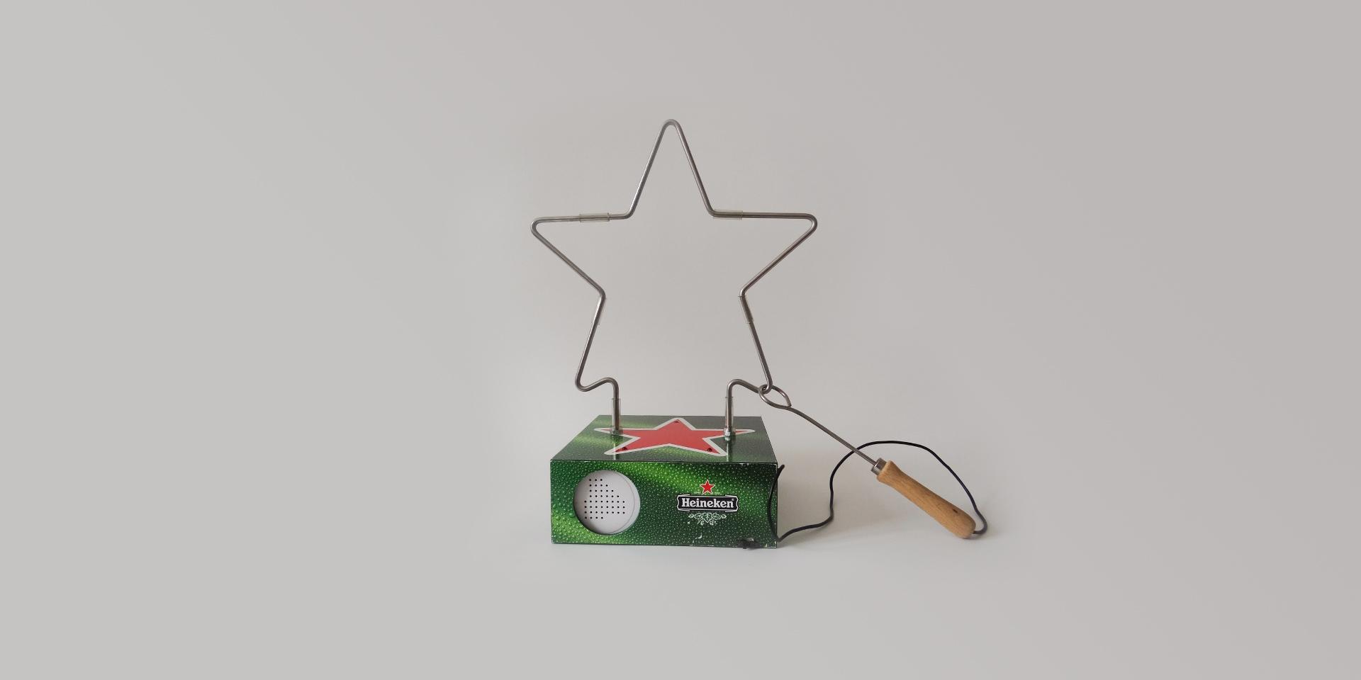 """Spiele, bei denen man sich ohne viel Vorbereitung miteinander messen kann, sind auf jeder Party gefragt und werden auch in der Kneipenszene äußerst gern gespielt. Mit dem """"heißen Draht"""" haben wir einen solchen Spieleklassiker im Auftrag von Heineken als Tischgerät in großer Auflage für den internationalen Markt neu interpretiert: in Form des Heineken-Sterns und mit einem Soundmodul, das bei Kontakt einen O-Ton aus dem Austin-Powers-Kinofilm abspielt. Garantiert Aufmerksamkeit, Lacher und Sympathien. Mehr davon? Können Sie haben! Nehmen Sie Kontakt zu uns auf!"""